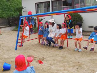 園庭で遊ぶ園児たちの写真